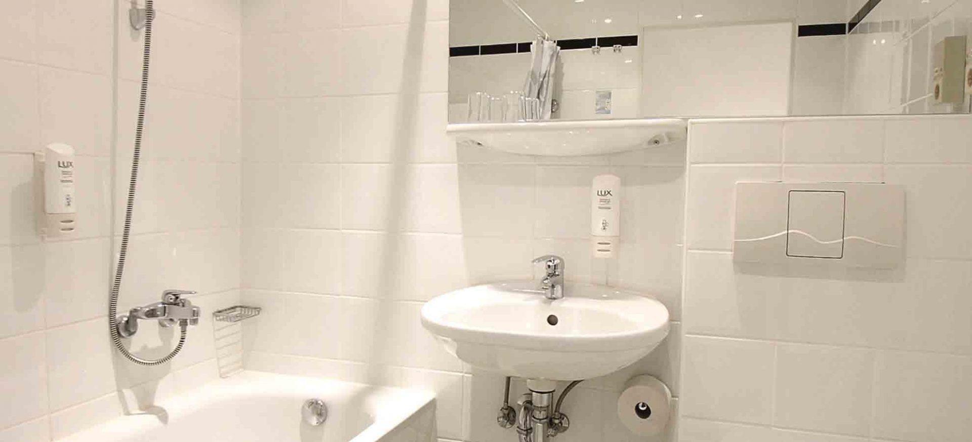 ibis Dresden Zentrum Komfort Badezimmer / Comfort room bath