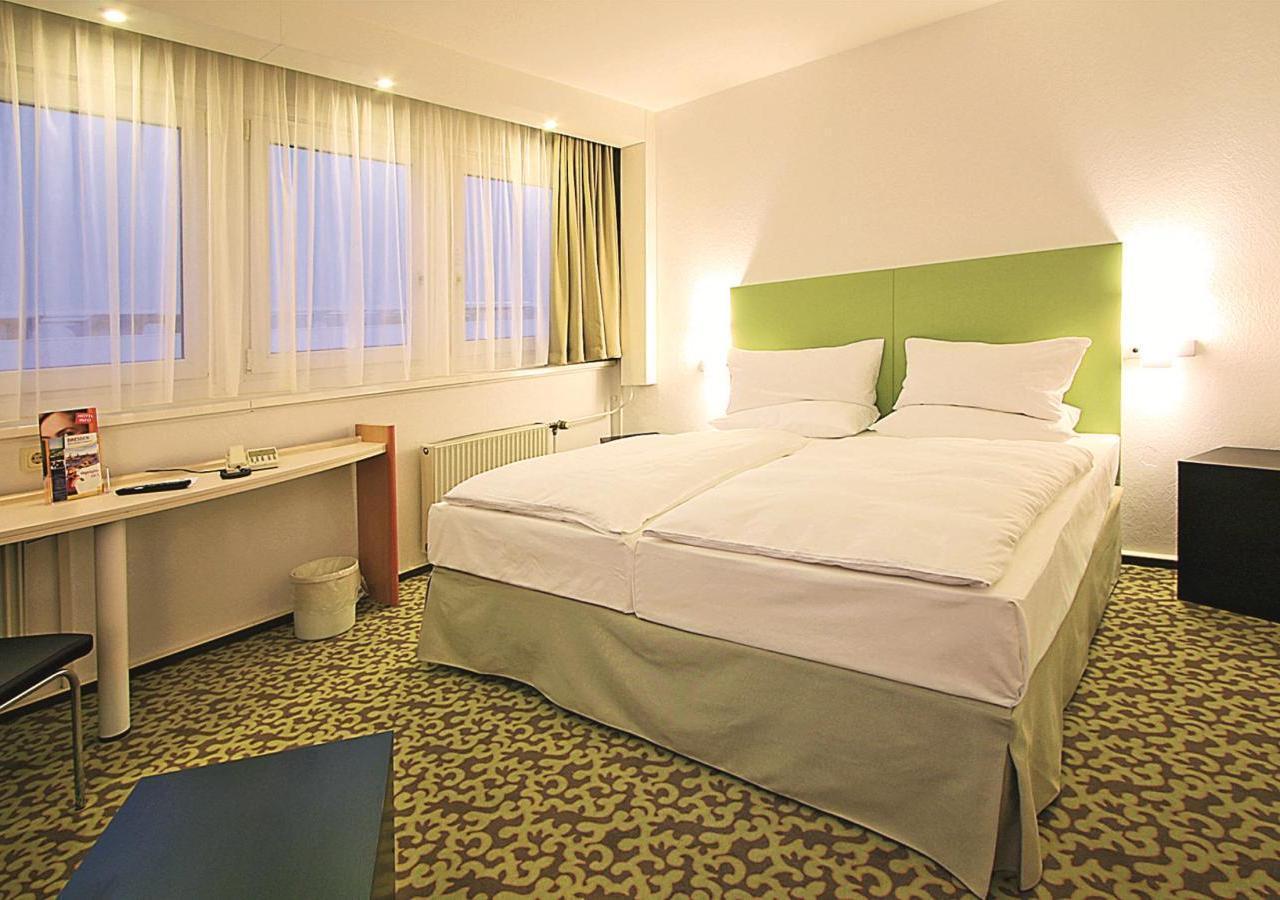 Park-Inn-by-Radisson-Hotel-Berlin-Alexanderplatz-Standard-Zimmer