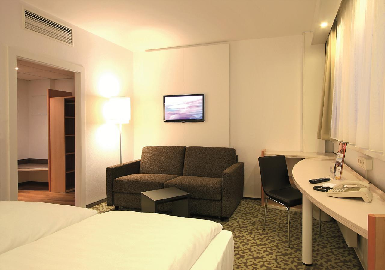 Park-Inn-by-Radisson-Hotel-Berlin-Alexanderplatz-Standard-Zimmer-Mehrblick